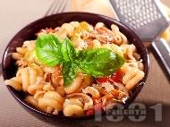 Паста с пиле, чушки, лук, чери домати и босилек